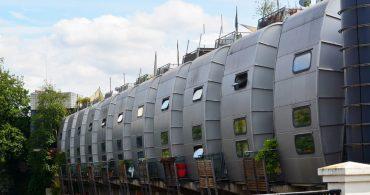 まるでジブリの世界。イギリス郊外で見つけた未来的な建物の正体は?