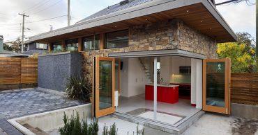 気分は露天風呂?開放的なキッチンにバスタブがあるカナダのLaneway House