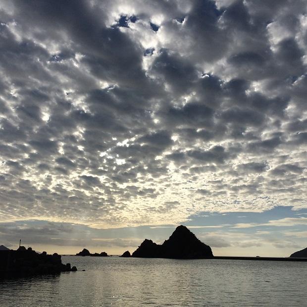 西阿室という集落の海に浮かぶ立神と呼ばれる岩と空。