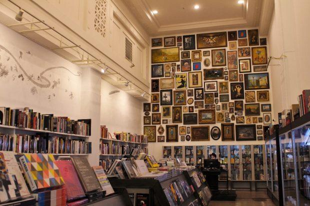 アートに関する本が並ぶ部屋