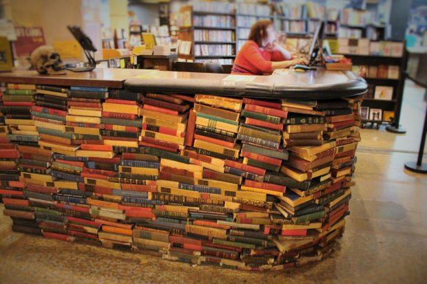 ジェンガのように本を積み上げたレジカウンター