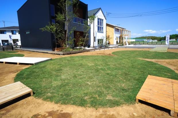 『LIFE DESIGN Village』の中央には丸い原っぱが。親が家を見ている間、子どもたちは外で走り回れる