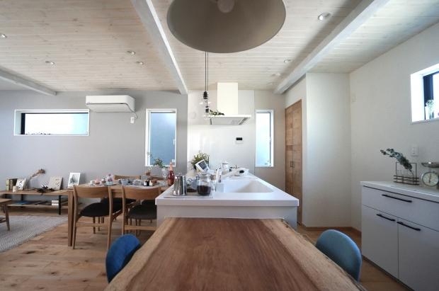 木の温もりを活かしたキッチン。この広さが羨ましい! 手前のテーブルでは、おしゃべりしながら家族で料理をしたり、家事の合間に子どもに勉強を教えたり