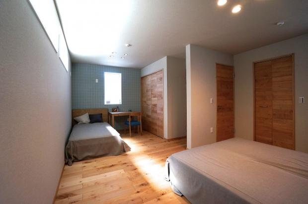両親と子どもの寝室は、充分な広さを取りながらもあえて一緒に