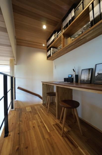 2階の廊下にあるデスクスペース。SOHO使いにも子どもの勉強机にもできて便利