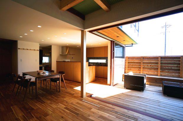 野口さんが手掛けた家は、リビングの一部のように使える広々としたテラスが特徴
