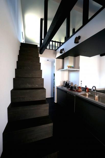 ロフトに上がる階段の、古民家のようなディテール