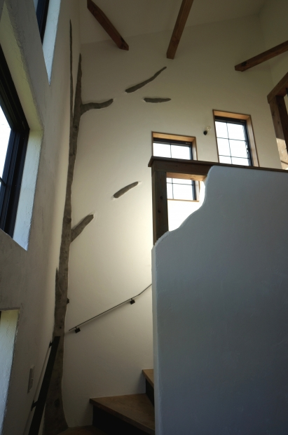 なんと、階段の踊り場に木が。ここで成長する子どもたちは、この木に見守られながら育っていく