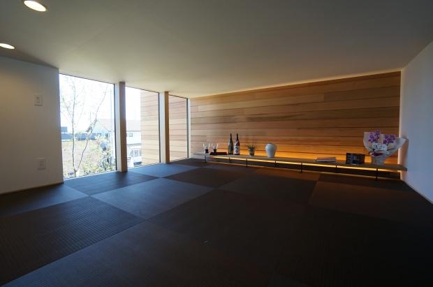 2階にある和室はあえて天井を低くして多目的な空間に。茶室のような、ミニマルさが心落ち着く