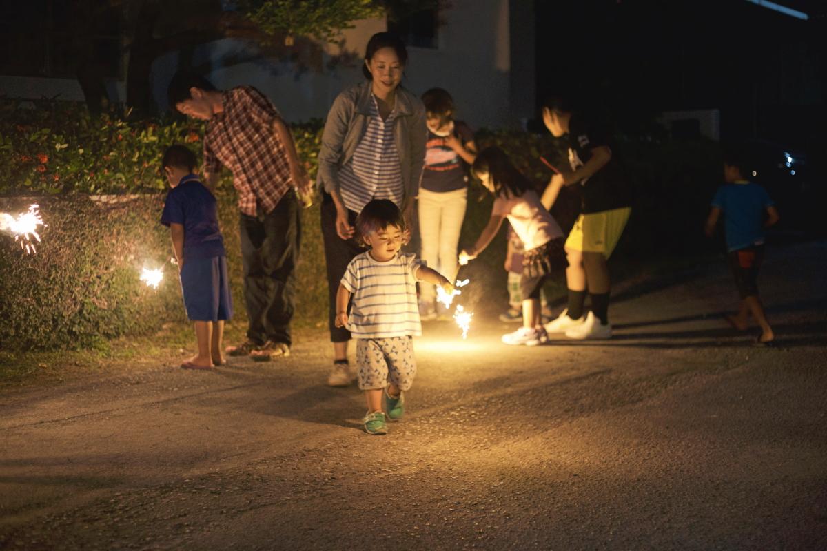 ご近所の新築祝いで花火をする子供たち。都会ではあまり見かけなくなった光景