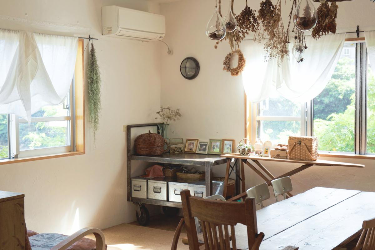 現在のご自宅のリビング。ナチュラルなインテリアと窓の外に広がる緑が心地よい