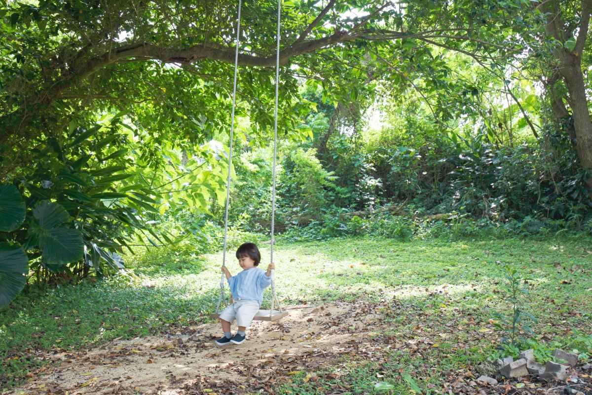 近所のパン屋さん「宗像堂」の庭で遊ぶ息子さん。自然が近い素晴らしい環境
