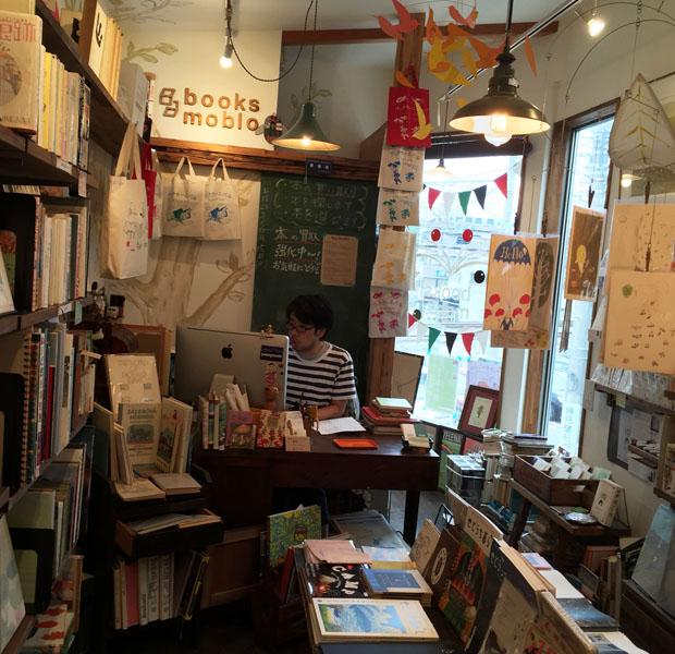 ビルの2階にあるbooks mobloの店内。古本だけでなくZINEやリトルプレス、雑貨などもたくさんあって楽しい雰囲気。