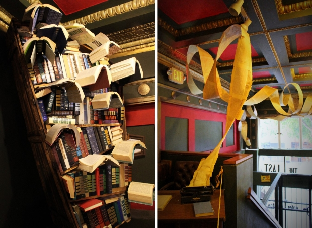 本棚から本が飛び立っていくアート(左)、タイプライターから原稿が踊りだす