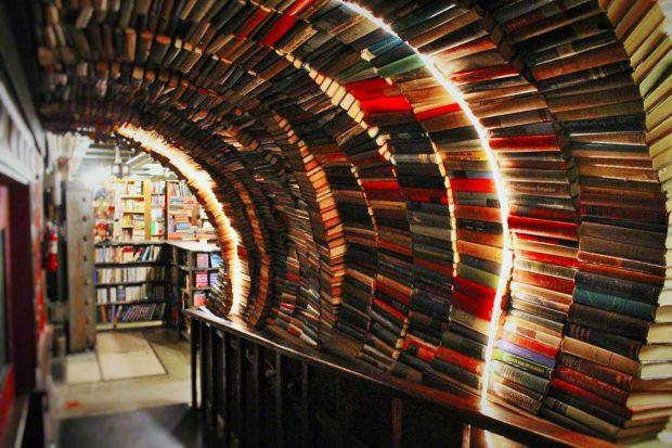 ラビリンスへの入口。本でできたトンネルがアーチを描く
