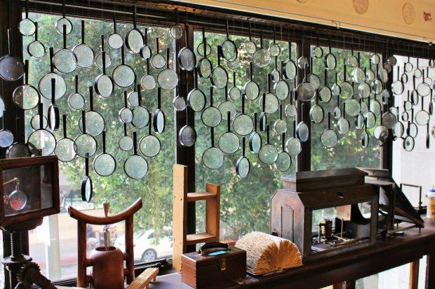 窓を覆う大小の虫メガネ