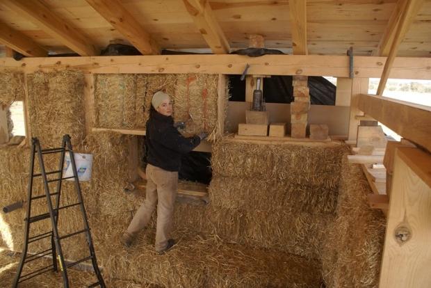 柱、梁、屋根は木造。壁にわらブロックを積んでいく
