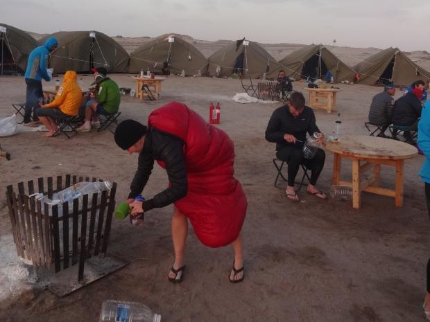 レース中はテント生活。着られる寝袋は寒い砂漠の夜にも対応したミニマルルック!
