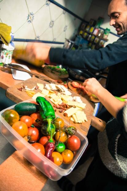 今日採れた野菜たちを使って夕食を作ります