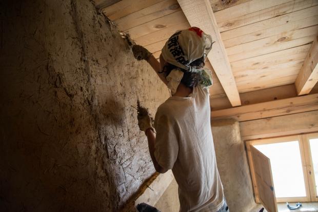 強度を上げるために、土と水に少しのわらを混ぜてこねて壁に塗ります