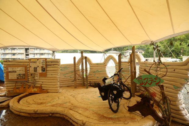 巨大テントの中にあるステージ。ドームと同じ工法でつくられた。