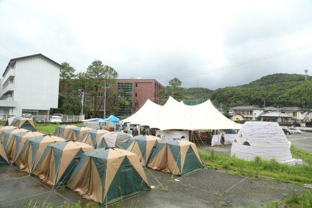 ボランティアの泊まるテントがずらりと並んでいる。