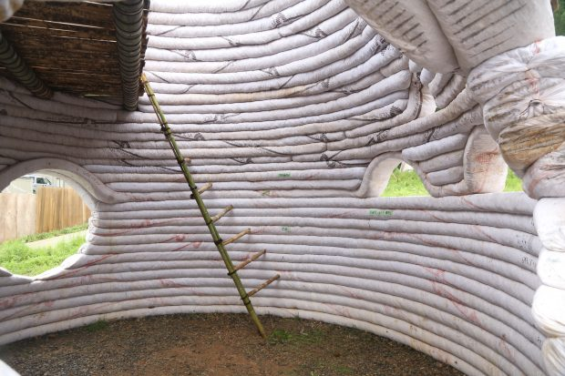 ドーム内部は竹階段とロフトがあるだけ。