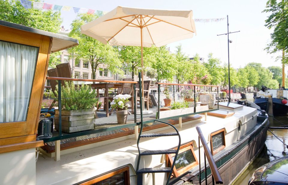アムステルダムの運河で暮らす、築100年以上のハウスボート「The Charlotte Johanna」