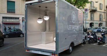 ミラノで絶賛。配達用バンを展示スペースにした「動く宮殿」
