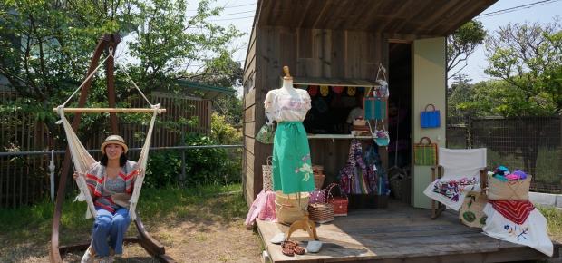 葉山ヴィレッジでは手作りの小屋で小商いをする人も