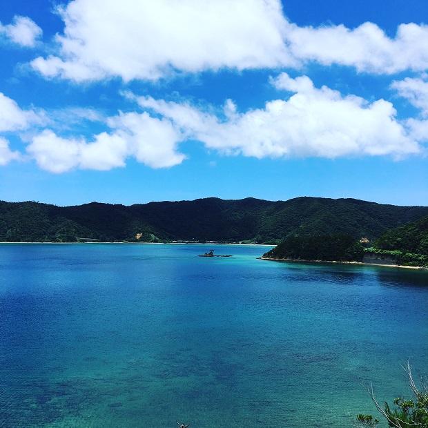 船で約20分の奄美大島・古仁屋港に行く時の景色。