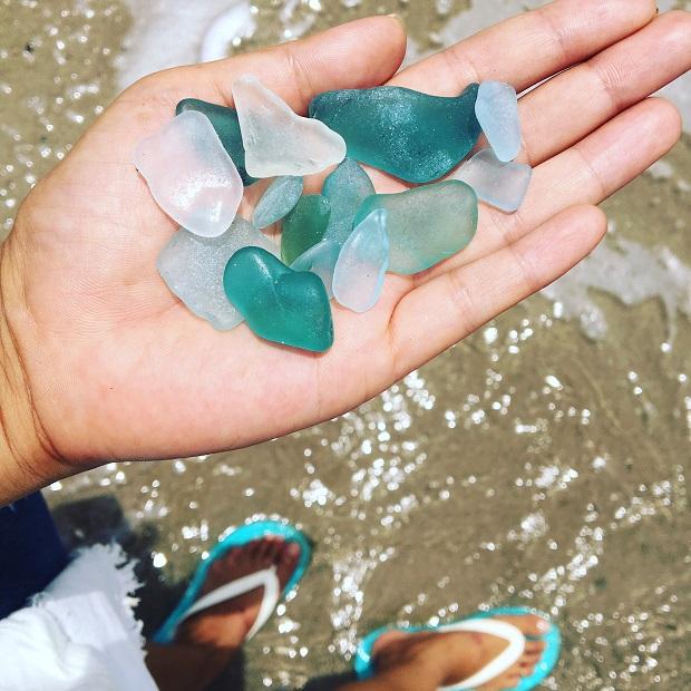 浜辺に落ちているシーグラス。いつでもふんだんにきれいなものが溢れている島です。