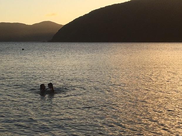 家の目の前のビーチと、じゃれ合って遊ぶ姉弟。子ども達もこの場所が大好きです。