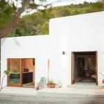 築200年の家をリノベ。白く輝くイビザの小さな楽園「The Little House in the Campo」