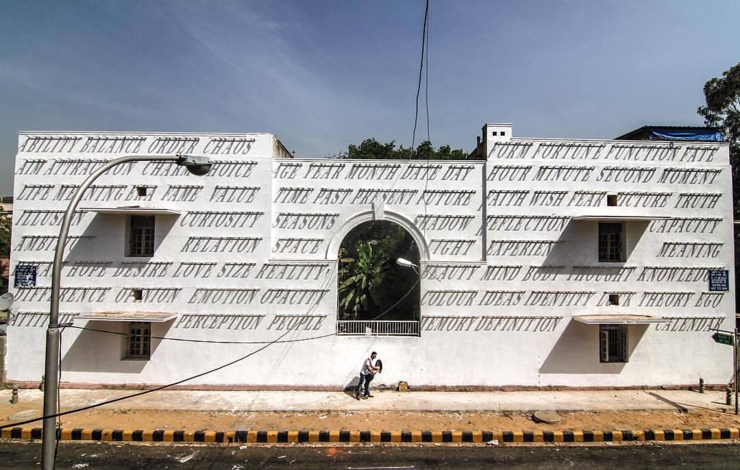 壁の文字が浮かび上がる不思議な家「DAKU Mounts Typography」