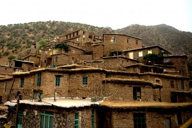 美しい渓谷に沿って建てられたイランの家