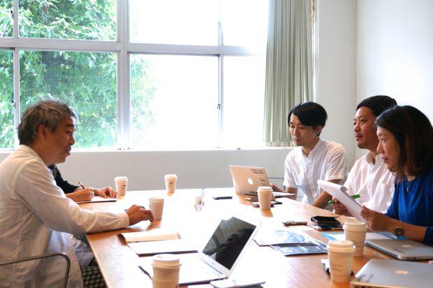 インタビューは奥沢にあるD&DEPARTMENT TOKYOにて行われた 。左がナガオカケンメイさん。右手が「未来住まい方会議」編集部。