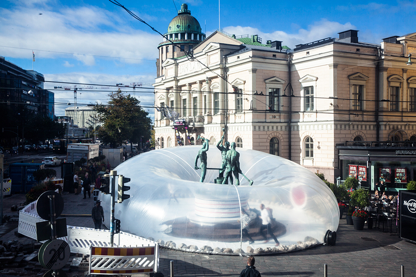 いつもの場所を特別な空間に変える風船「plastique fantastique inflates bubble」