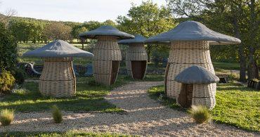 フランスの庭に巨大キノコ!? 想像力をかきたてるキノコの家