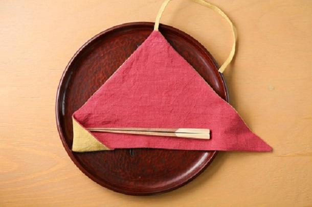椿を使って鎌倉の作り手3組が共同制作したマイ箸セット。灰を染色に、木材を寄木で箸に。椿のピンクと鎌倉の紅葉をイメージした配色。
