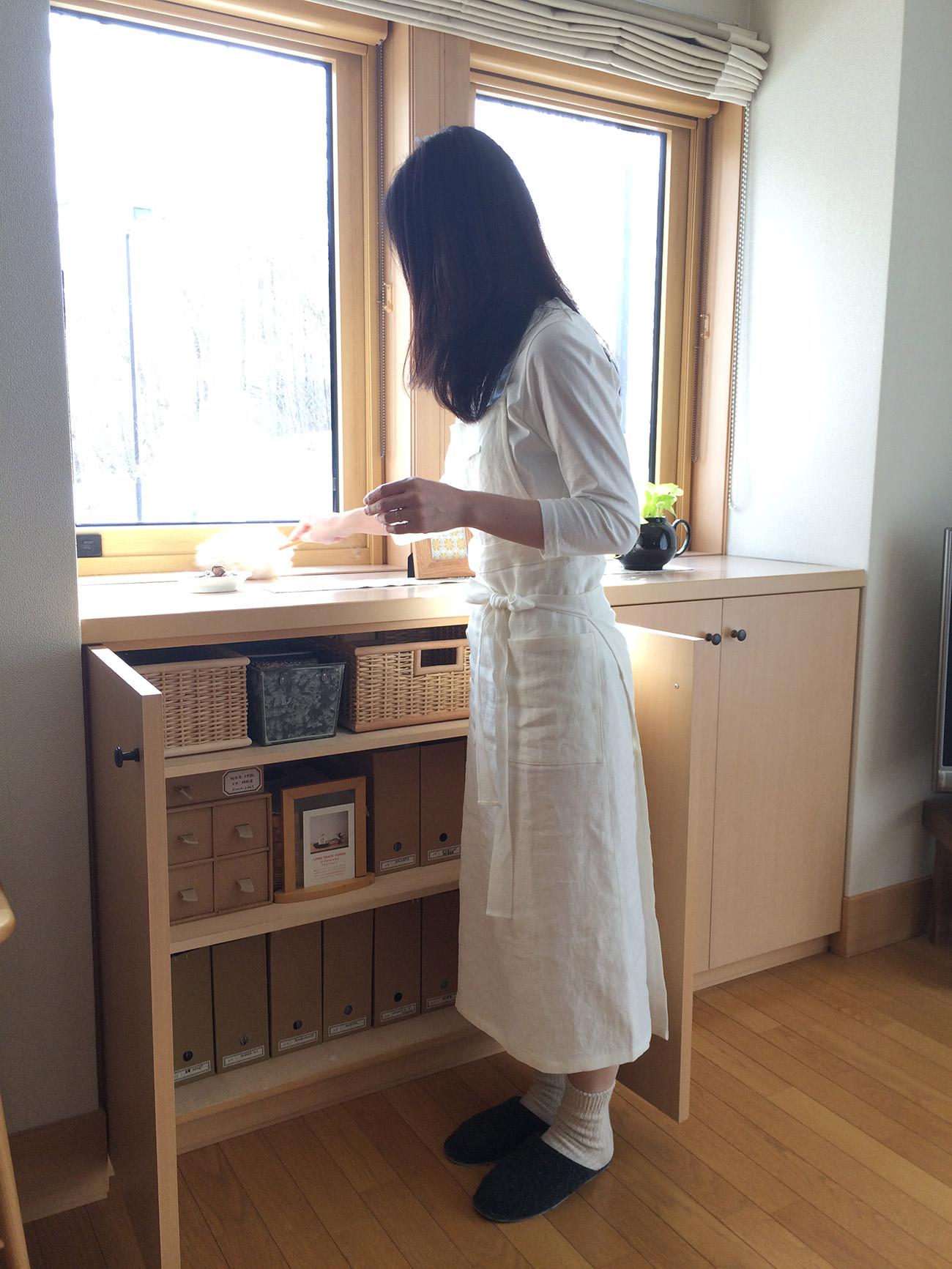棚のなかが、きちんと整理されていると嬉しい。身に付けているのは、鎌倉のパターン・レーベル『TOWN(タウン)』と共同開発したオリジナル・エプロン。