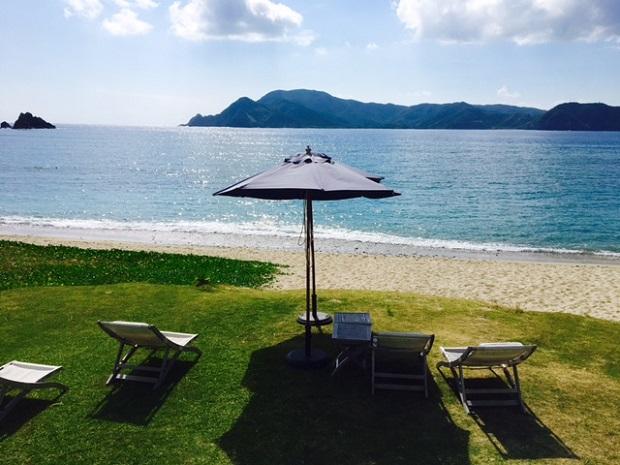 向かいの島にあるリゾートホテル。時々、島を渡って友人たちとランチをしたりヨガレッスンを受けたり。