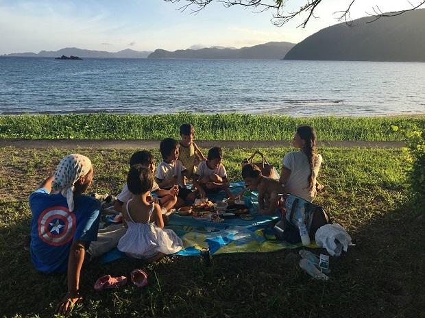 「今日天気いいしね」と急きょ始まった海辺のピクニック。通りがかりのご近所さんも一緒に。