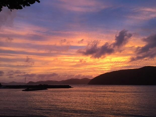 台風前の空はこんな風に色鮮やかに灼けます。