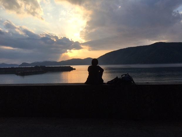 向かいの島にいる友人が来島。待ち合わせはうちの目の前のビーチ。