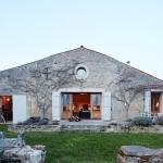 自然素材と懐かしさを詰め込んで改築した牛小屋「Two Designers' A 300-Year-Old Barn」
