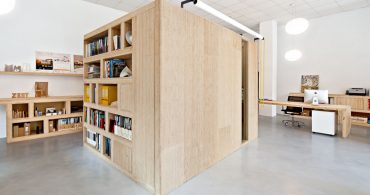 箱型のパーティションで、スペースを分ける。スペインのシェア・オフィス「Office Dones del 36」