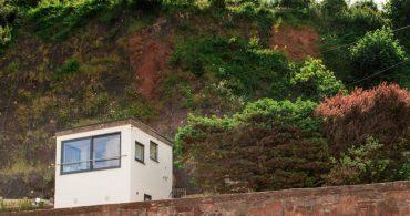 海辺に佇む古い小屋をリノベーション。角砂糖のようなフォルムが可愛い「Sea Sentry」