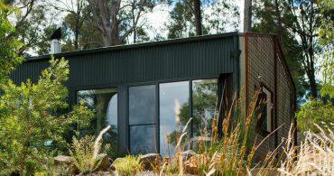 インダストリアルな納屋を改造して実現。自然との境界線のない家