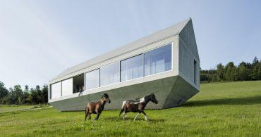 この形にはワケがある。芝生の上に刺さるコンクリートハウス